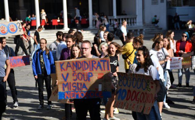Na koprskem glavnem trgu se je zbralo več sto študentov. FOTO: Klara Kopač