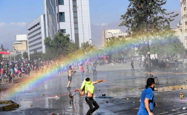 V čilskem glavnem mestu Santiago je od prejšnjega tedna na ulicah več tisoč študentov, ki se jim je v preteklih dneh pridružilo še na tisoče delavcev. FOTO: Martin Bernetti/AFP