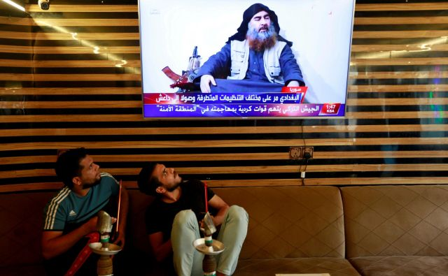 Iraška mladina gleda novice o smrti voditelja IS. FOTO:Alaa Al-marjani Reuters