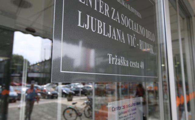 Nevladne organizacije nasprotujejo ukinitvi dodatka, na ministrstvu za delo pa opozarjajo na nesorazmerje med socialno pomočjo in plačo. FOTO: Igor Zaplatil