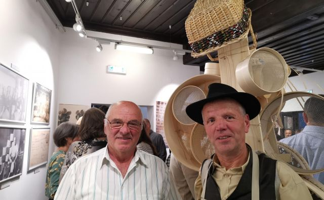 Sitar Ivan Debeljak z bratrancem Francetom Miheličem, krošnjarjem iz Ribnice, na razstavi ob stoletnici sitarstva v Beogradu.