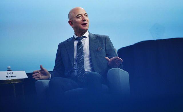 Ustanovitelj podjetja Blue Origin Jeff Bezos se je povezal s še tremi ameriškimi vesoljskimi podjetji, da bi Nasi pomagali doseči Luno. FOTO: Mandel Ngan Afp