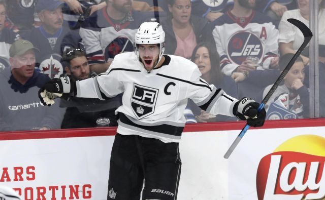 Slovenski kapetan Anže Kopitar je zabil zmagoviti gol za Los Angeles Kings na tekmi proti Winnipeg Jets. FOTO: Usa Today Sports