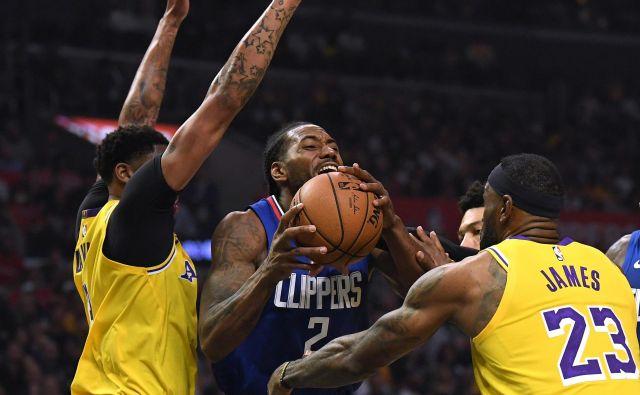 Kawhi Leonard (z žogo) je bil v losangeleškem derbiju med najzaslužnejšimi za zmago LA Clippers nad LA Lakers. FOTO: AFP