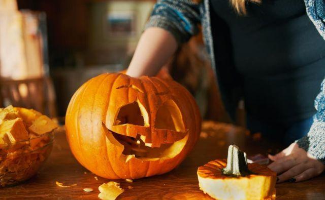 Za noč čarovnic pred vhodnimi vrati ponoči strašijo izrezljane buče. Foto: Shutterstock