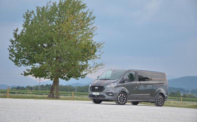 Ford znani potniški kombi je lahko pripravljen tudi v prestižno-športni pojavi. Foto Gašper Boncelj