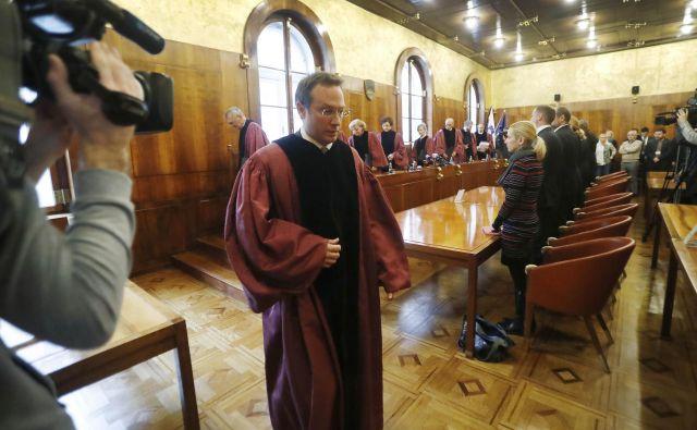 Z ločenim mnenjem sodnika Klemna Jakliča glede ustavnosti zakona o tujcih se je razplamtela prava informacijska vojna. FOTO: Leon Vidic/Delo