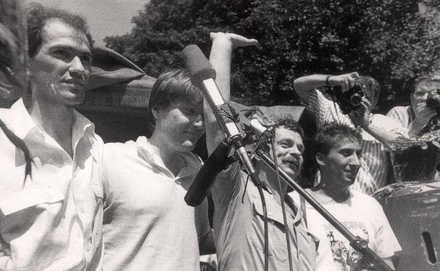 Ko je julija 1988, nekaj minut po razglasitvi sodbe vojaškega sodišča, prišel iz pripora in ga je na Roški cesti pričakalo več kot 10.000 ljudi, je bil David Tasić najbolj zmeden izmed četverice. Foto Tone Stojko