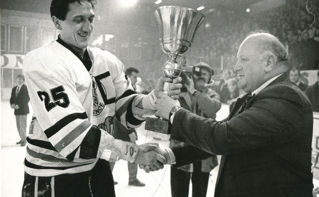 Drago Mlinarec je v kapetanski vlogi jeseniških hokejistov prejel pokal za prvi naslov prvakov v samostojni Sloveniji. Izročil mu ga je Janko Popovič, takrat predsednik HZS. FOTO Zoran Vogrinčič/Delo