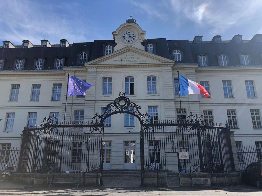 Šola kot središče političnega in še zadnja trdnjava nacionalnega... po francosko
