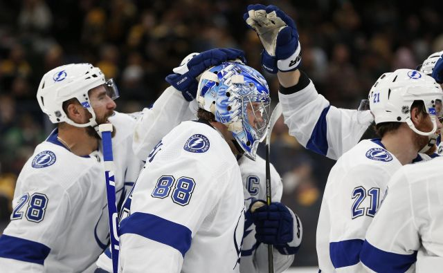 Hokejisti moštva Tampa Bay Lightning so se takole veselili zmage nad Pittsburgh Penguins. FOTO: Usa Today Sports