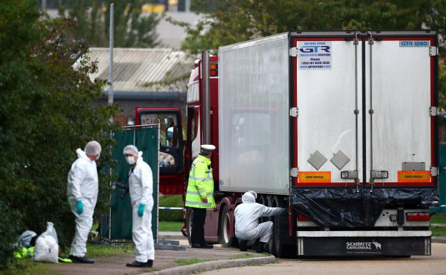 Tragedija sodi med najhujše doslej odkrite v Veliki Britaniji. Leta 2000 so v Dovru v Kentu odkrili kontejner s trupli 58 Kitajcev, v bližini Slovenije pa je bilo najhujše odkritje 71 trupel v tovornjaku na avtocesti v Avstriji leta 2015. FOTO: Hannah McKay/Reuters
