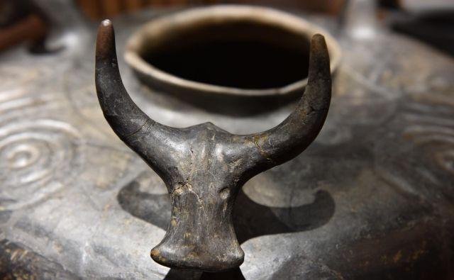 Bratje po orožju Okras na lončeni posodi v obliki bikove glave, z najdišča Kaptol - Gradca. (8.-7. st. pr. n. š.) Foto Arhiv Dolenjski Muzej