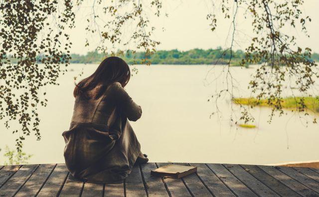 Žalovanje se običajno začne po fazi šoka in zanikanja, ki najprej sledita izgubi.FOTO: Shutterstock