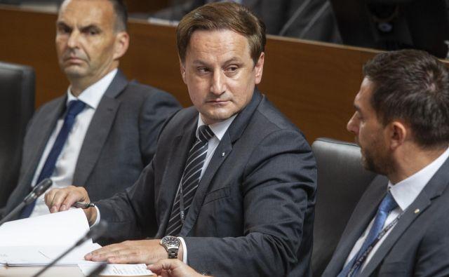 Direktor <strong>Rajko Kozmelj</strong> je dovoljenje za opravljanje pridobitne dejavnosti dal sedmim uslužbencem Sove. Kaj natančno počnejo, ni jasno.