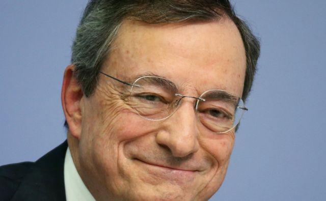 Mario Draghi v osemletnem mandatu ni niti enkrat zvišal obrestnih mer, ob odhodu pa poudarja, da koristi njegove ohlapne denarne politike daleč presegajo tveganja. Ralph Orlowski Reuters