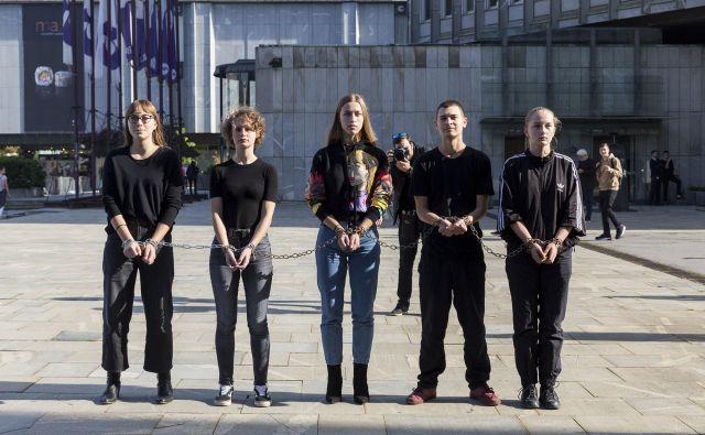 Mladi so opozarjali na prepoved shodov britanskega gibanja. FOTO: Nejc Trampuž