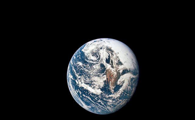 Astronavti niso bili pesniki, pisatelji ali novinarji, da bi iz rokava skafandra stresli metafore, a so jih. Govorili so o tem, kako je Zemlja iz vesolja veličastna oaza v neizmerni veličini prostora. Foto Reuters