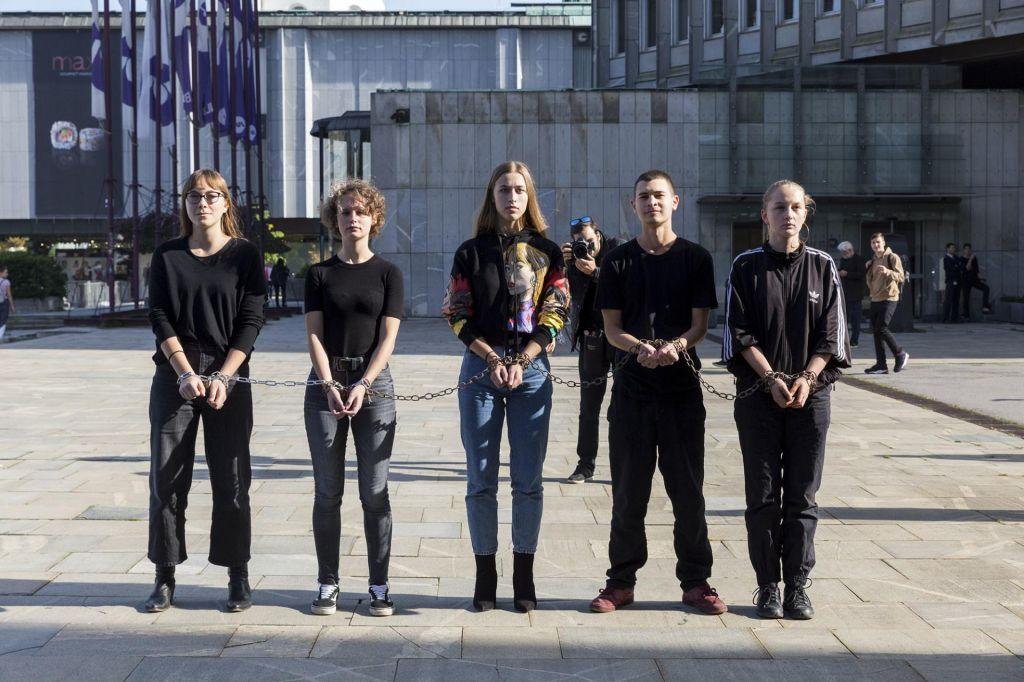 FOTO:Mladi za podnebno pravičnost protestirali pred britanskim veleposlaništvom