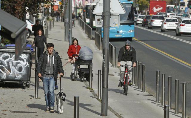 Pešci, otroški vozički, motoristi, avtomobili, kolesarji gor in dol ter - količki. To je vsakdanji prizor na Celovški. FOTO: Leon Vidic/Delo