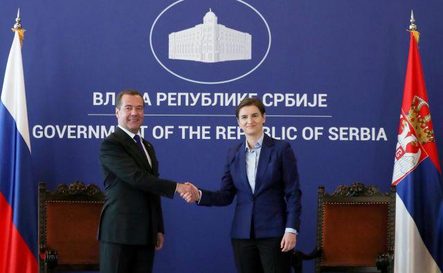 Ruski premier Dmitrij Medvedjev in predsednica srbske vlade Ana Brnabić med nedavnim srečanjem v Beogradu. Foto Reuters