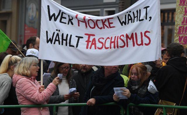 »Kdor voli Höckeja, voli fašizem,« so sporočali protestniki pred jutrišnjimi volitvami v Turingiji. FOTO: AFP