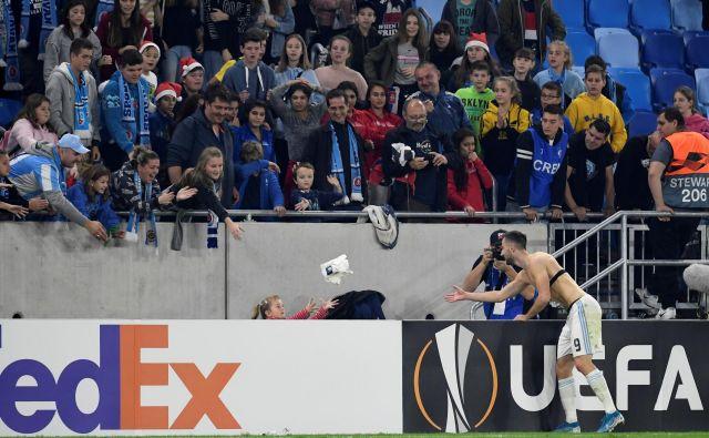 Andraž Šporar je že v 11. minuti ostal brez dresa, ki ga je po golu podaril eni od domačih navijačic. FOTO: Reuters