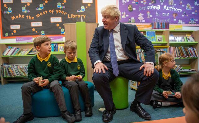 Britanski premier Boris Johnson v času velikih nejasnosti v zvezi z brexitom najde čas tudi za druženje s prihodnjimi generacijami volivcev. FOTO: AFP