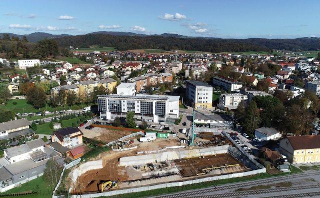 Med železniško postajo v Grosupljem in občinsko zgradbo že potekajo gradbena dela. Foto Bojan Rajšek