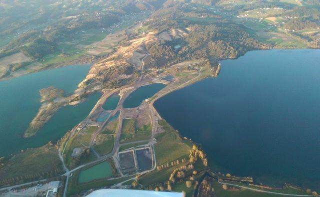 Velenjsko in Družmirsko jezero, vmes pa pregrada z jezeri, ki se nevarno oži. FOTO: arhiv občine Šoštanj
