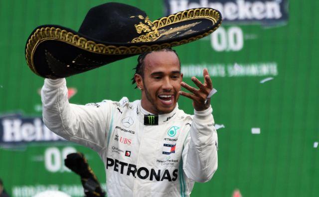 Lewis Hamilton je užival ob podpori glasnega občinstva in zmagi, ki mu je že odprla vrata k 6. naslovu svetovnega prvaka. FOTO: AFP