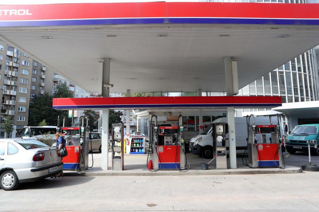Dan po odstopu uprave padec cene Petrolove delnice