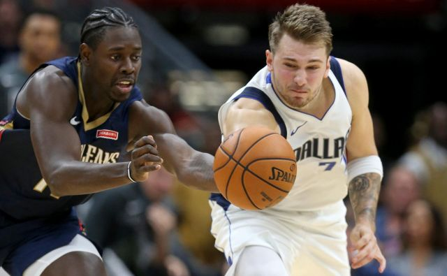 Luka Dončić in Jrue Holiday iz ekipe New Orleans Pelicans. FOTO: Chuck Cook/Usa Today Sports