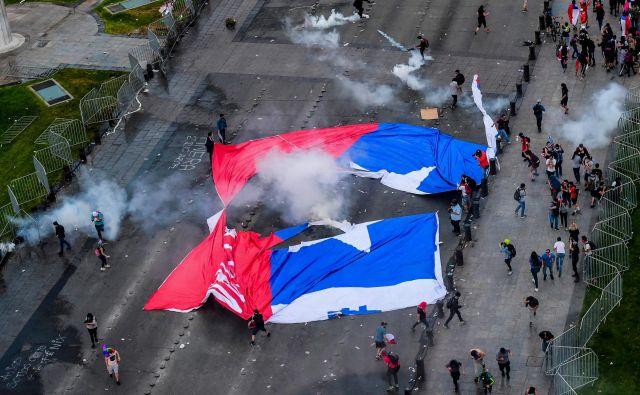 Protesti v Čilu so zahtevali nekaj manj kot dvajset življenj. FOTO: Martin Bernetti/AFP
