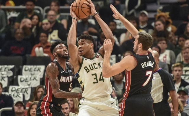 Goran Dragić in Derrick Jones (levo) sta zagrenila večer Giannisu Antetokounmpu (34) in drugim košarkarjev Milwaukeeja. FOTO: USA Today Sports