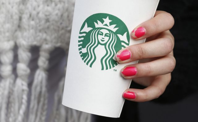 A woman holds a Starbucks takeaway cup in London October 24, 2012. Starbucks's reputation among consumers in Britain has been hit by wave of criticism of its tax affairs from politicians and the media, pollster YouGov said. REUTERS/Suzanne Plunkett (BRITAIN - Tags: BUSINESS FOOD) - RTR39IQG Foto Š Suzanne Plunkett / Reuters Reuters