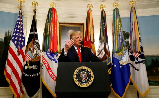 Ameriški predsednik trump naznanja smrt voditelja Islamske države. FOTO: Jim Bourg/Reuters