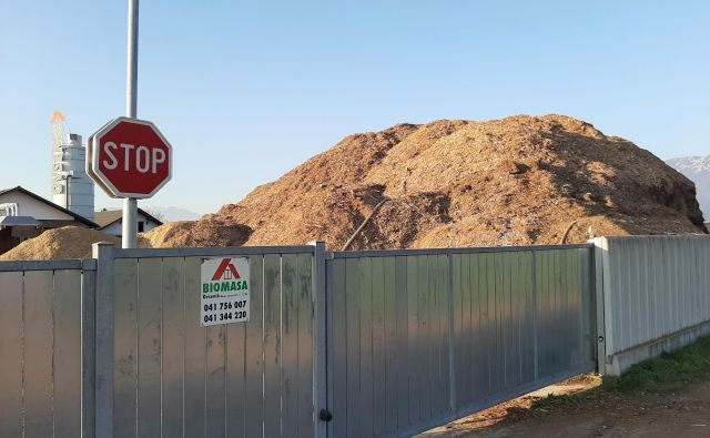 Največja dovoljena višina po Uredbi o skladiščenju trdnih gorljivih odpadkov na prostem je 4 metre (in še to pod določenimi pogoji), Biomasin kup je visok 12 metrov. FOTO: Janez Porenta