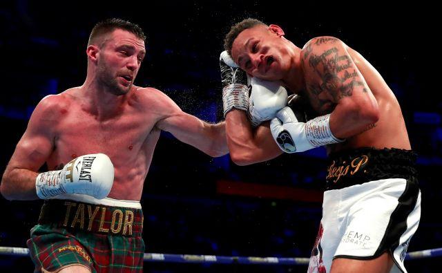 V londonski areni O2 sta se v super lahki kategoriji pomerila boksarja Josh Taylor in Regis Prograis. Zmagal je Taylor in osvojil kar tri pasove po verzijah WBA, WBC in IBF. FOTO: Andrew Couldridge/Reuters