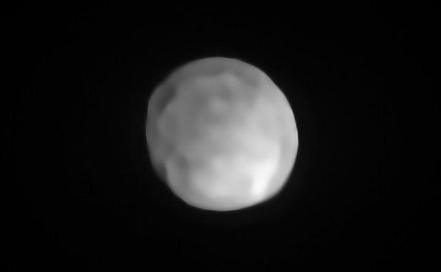 Posnetek Higeje, narejen z instrumentom SPHERE na Zelo velikem teleskopu Evropskega južnega observatorija. Izkazalo se je, da je četrto največje telo v glavnem asteroidnem pasu okroglo. S tem ustreza vsem štirim pogojem za poimenovanje pritlikavi planet.<br /> FOTO:ESO/P. Vernazza et al./MISTRAL algorithm (ONERA/CNRS)