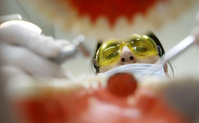 Zobnoprotetična rehabilitacija z zobnimi implantati je v strogo določenih primerih že bila pravica, dostopna vsem. FOTO: Blaž Samec/Delo