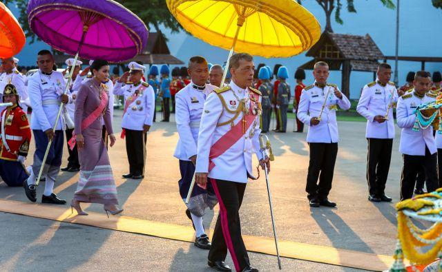 Nihče si ne bi drznil kralja Vadžiralongkorna (v sredini) obsoditi razvratnega življenja, se pa mnogi potiho sprašujejo, kam je izginila njegova zdaj že nekdanja konkubina, ki je hotela izpodriniti kraljico Suthido (levo). FOTO: Reuters