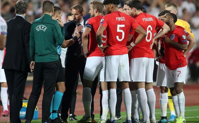 Takole so se angleški nogometaši in selektor Gareth Southgate med prekinitvijo dvoboja proti Bolgarom pred dvema tednoma v Sofiji pogovarjali s sodnikom Ivanom Bebekom. FOTO: Reuters