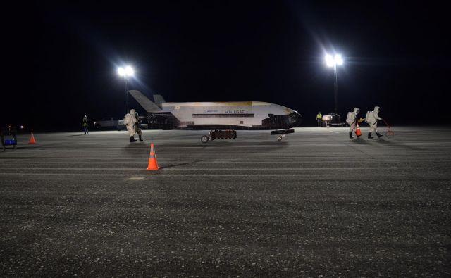 Orbitalno testno plovilo X-37B ob nedeljskem pristanku v Kennedyjevem vesoljskem centru na Floridi. FOTO: U.S. Air Force/Reuters