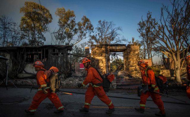 Zaradi požarov v Kaliforniji podjetja izklapljajo elektriko, saj veter podira daljnovode in iskre hitro zanetijo požar. FOTO: Apu Gomes/Afp