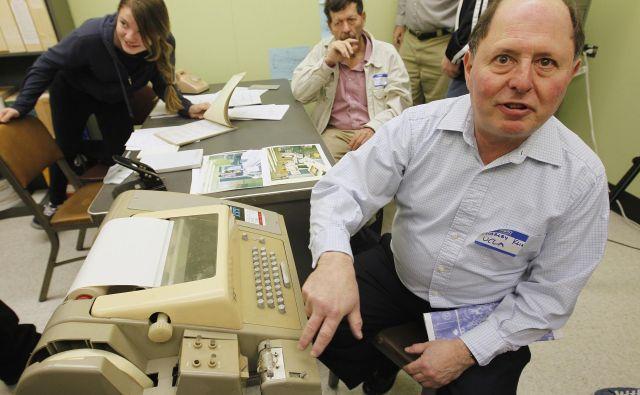 Charley Kline ob računalniku, podobnim Sigmi 7, s katerega je poslal prvo digitalo sporočilo. FOTO: Fred Prouser/Reuters