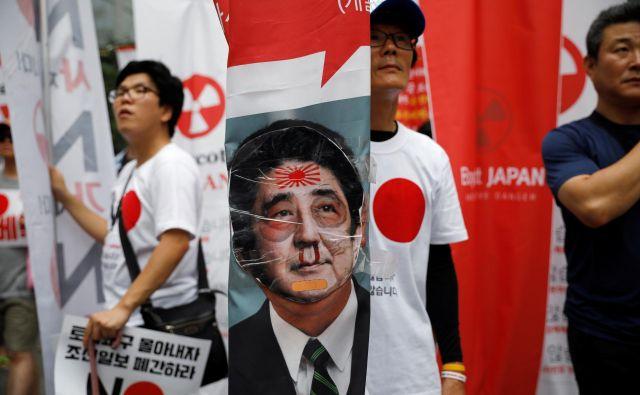 V protijaponskih demonstracijah na ulicah Seula je to poletje sodelovalo na tisoče ljudi. FOTO: Reuters