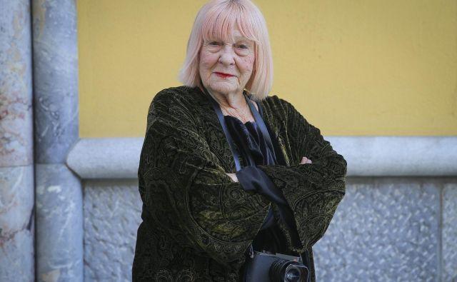 Letizia Battaglia: »Fotografirati sem hotela življenje in veselje, a sem skoraj dvajset let fotografirala kri, ranjene, mrtve, nasilje, žalost. Pred tem nisem imela opravka s smrtjo. Tako sem s fotoaparatom v roki pripovedovala ne samo zgodovino Sicilije, ampak vse Italije.« FOTO: Jože Suhadolnik