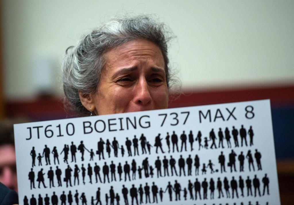 Leto dni po strmoglavljenju v Indoneziji Boeing 737 max ostaja na tleh