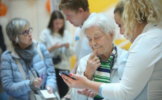 Operaterji pametne tehnologije pogosto drago prodajajo starejšim. Foto Foto: Jure Eržen/delo